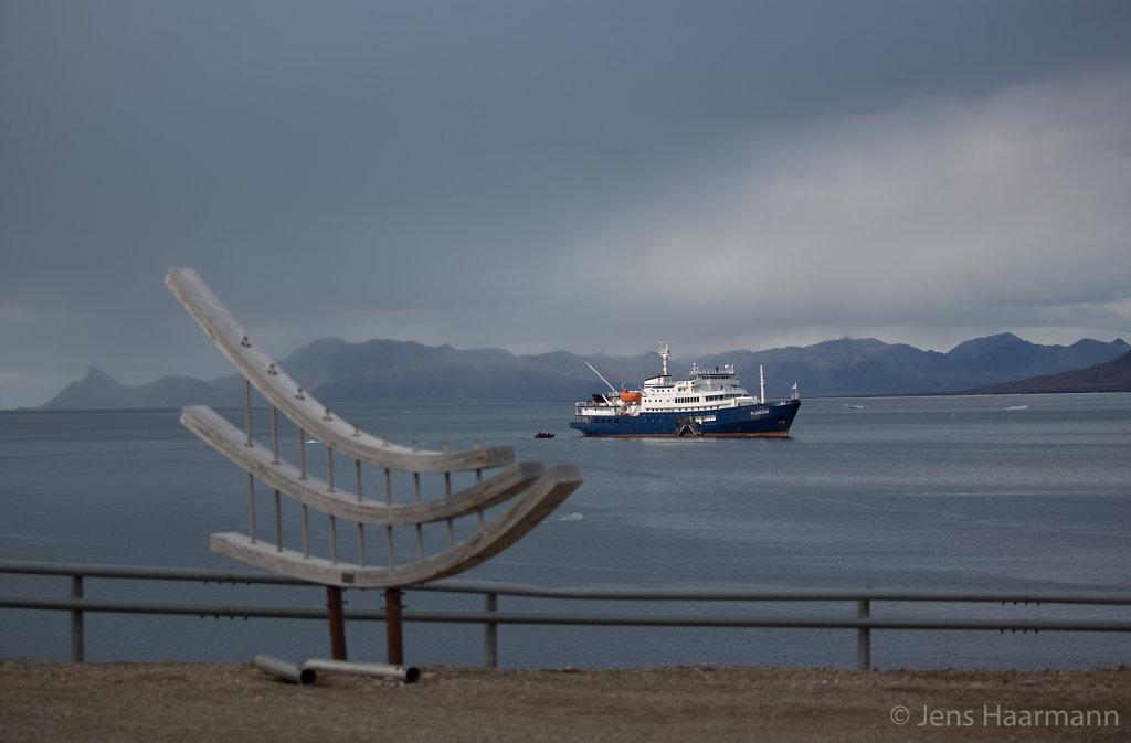 MS Plancius vor Ny-Ålesund